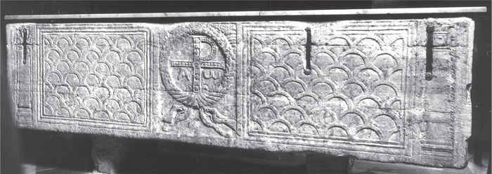 Sarcophagus decorated with a cross in a wreath, end of the fourth century (Rep. I 859, Schaffer Inv. A 0018), Rome, Campo Santo Teutonico. Photo: Archive Jutta Dresken-Weiland, with kind permission of the rector of the Erzbruderschaft zur Schmerzhaften Muttergottes der Deutschen und Flamen am Campo Santo Teutonico.