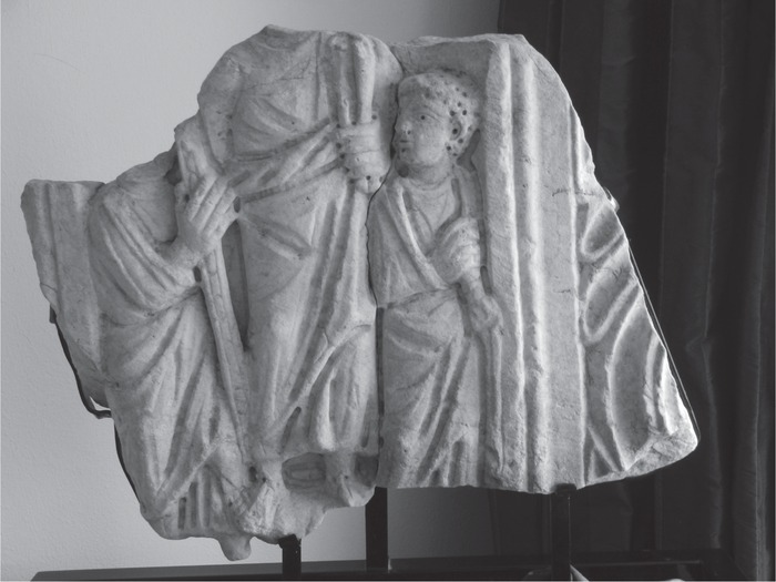 Fragment of a strigillated sarcophagus with Jesus between apostles in the center, end of the fourth century (Rep. II 114), Germany, private collection. Photo: Jutta Dresken-Weiland, with kind permission of the owners.